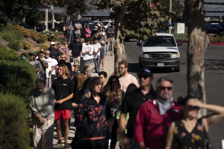 ▲주민투표에 응하기 위해 투표장으로 나온 캘리포니아주 주민들 [이미지출처=AP연합뉴스]