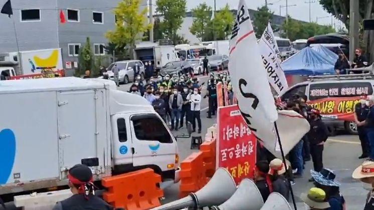 14일 민주노총 화물연대 소속 조합원(차량주)들이 SPC GFS 광주물류센터 진입로에서 단체행동을 하고 있다.