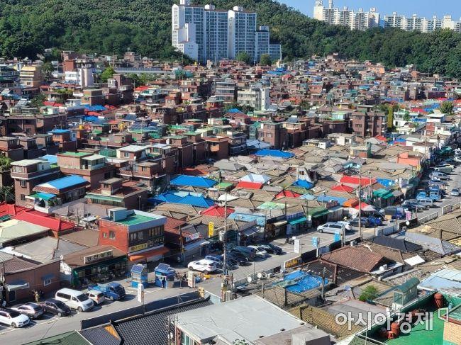 좁은 골목을 사이에 두고 노후 저층 주택들이 빼곡히 들어서 있는 서울 관악구 신림1구역 일대 전경. 서울시가 이 일대를 사실상 '신속통합기획' 1호 사업지로 선정하면서 주민들 사이에는 개발 기대감이 커지고 있다. 김혜민 기자