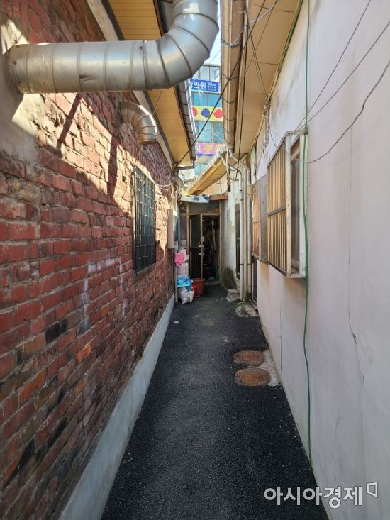 좁은 골목을 사이에 두고 노후 저층 주택들이 빼곡히 들어서 있는 서울 관악구 신림1구역 일대 전경. 김혜민 기자