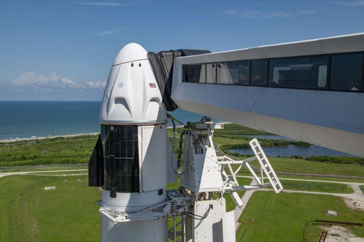 인스피레이션4 팀이 탑승할 드래곤 캡슐이 발사대에 서있다.