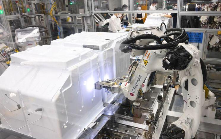 LG전자가 1차로 준공한 경남 창원 LG스마트파크 통합생산동의 냉장고 생산라인에서 로봇이 냉장고를 조립하고 있다.[사진제공=LG전자]