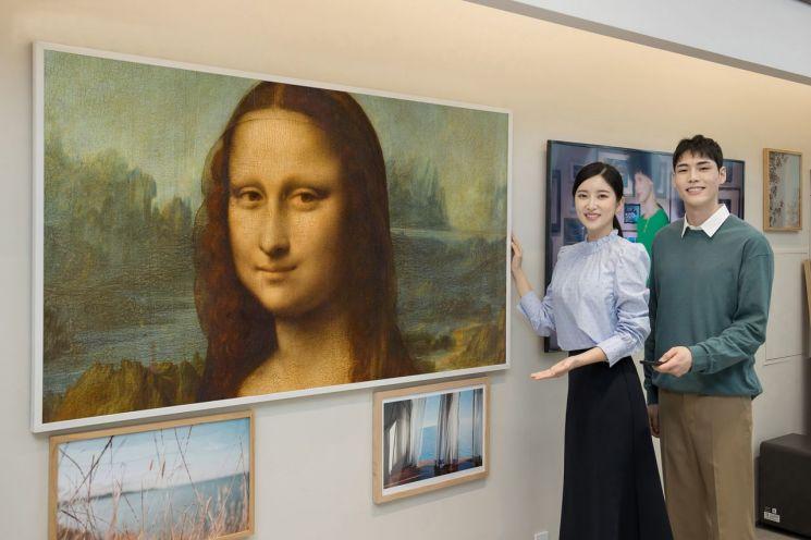 삼성전자 모델이 삼성 프리미엄 스토어 갤러리아 광교점에서 85형 '더 프레임'을 통해 루브르 대표작품 모나리자를 소개하고 있다./사진제공=삼성전자