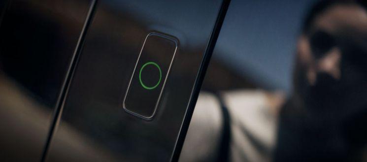 제네시스가 얼굴을 인식해 차량을 제어하는 '페이스 커넥트' 기술을 제네시스의 첫 전용 전기차인 GV60에 적용할 예정이라고 16일 밝혔다. 사진은 GV60에 적용된 페이스 커넥트 기술.