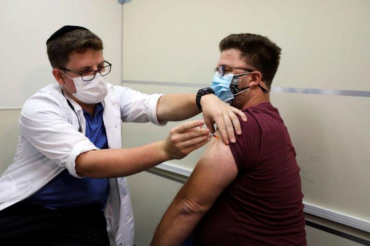 지난달 20일 이스라엘 예루살렘에서 코로나19 백신 부스터샷(추가접종)이 이뤄지고 있다. [이미지출처=로이터연합뉴스]