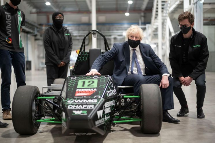 지난 7월 영국 코벤트리에 있는 배터리산업화센터를 찾은 보리스 존슨 영국 총리<이미지출처:연합뉴스>