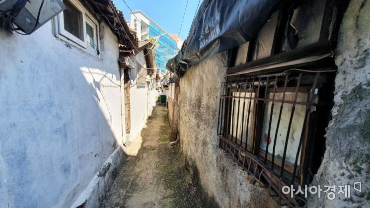서울 중구 중림동의 골목길에선 오래된 주택을 쉽게 찾아볼 수 있다. 사진=이정윤 기자 leejuyoo@