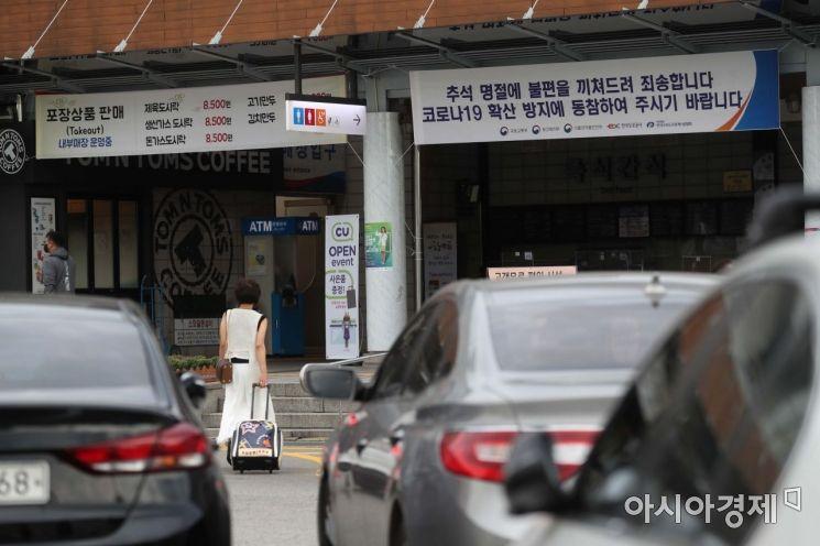서울 경부고속도로 부산 방면 만남의광장 휴게소에 도시락 판매, 방역 협조 현수막이 걸려 있다. /문호남 기자 munonam@