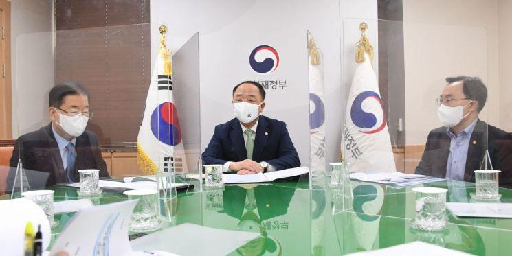 홍남기 부총리 겸 기획재정부 장관(가운데)이 17일 서울 광화문 정부서울청사에서 대외경제 분야 관계장관회의(녹실회의)를 주재하고 있다.(사진제공=기재부)