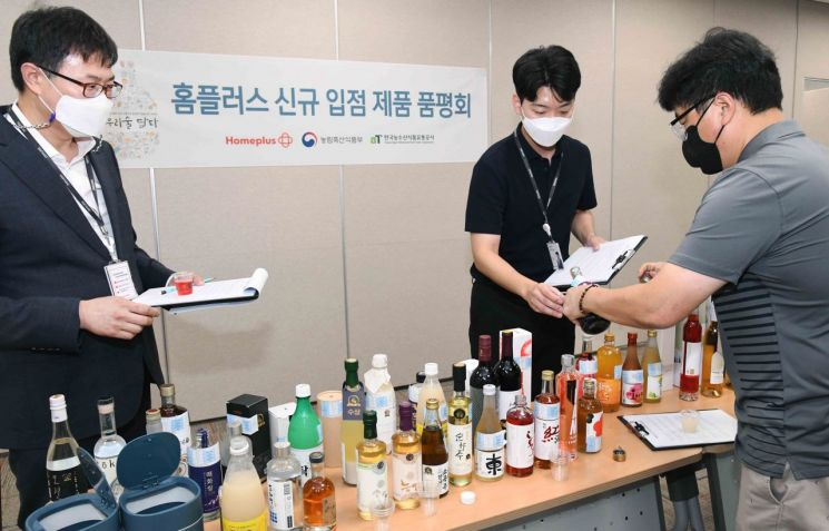 지난달 24일 서울 강서구 홈플러스 본사에서 '신규 입점 전통주 품평회'가 진행되고 있다.