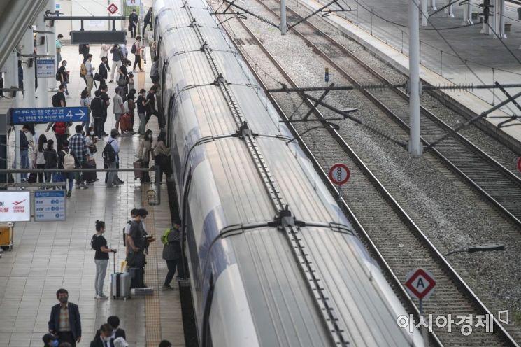 [포토]열차 탑승하는 귀성객들