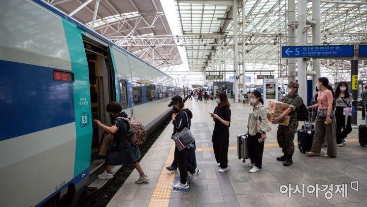 [포토]열차 탑승하는 여행객 및 귀성객들
