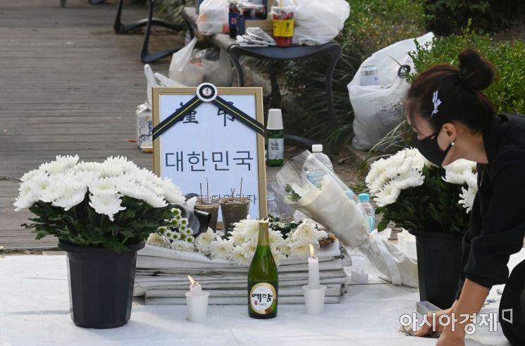 17일 서울 여의도 국회 앞에 마련된 숨진 자영업자들의 합동분향소에서 관계자가 빈소를 정리하고 있다./윤동주 기자 doso7@