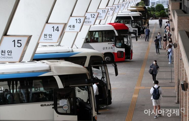 민족 대명절 추석 연휴를 앞둔 지난 17일 서울 서초구 고속버스터미널이 비교적 한산한 모습을 보이고 있다./김현민 기자 kimhyun81@