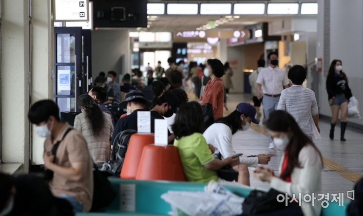 민족 대명절 추석 연휴를 앞둔 지난 17일 서울 서초구 고속버스터미널 대합실에서 귀성객들과 여행객들이 버스를 기다리고 있다. /김현민 기자 kimhyun81@