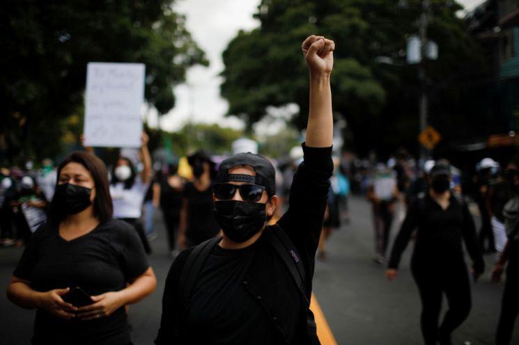 엘살바도르 국민들이 지난 15일(현지시간) 수도 산살바도르에서 비트코인 사용 반대와 나이브 부켈레 대통령의 연임 반대를 외치며 시위를 벌이고 있다.   [사진 제공= 로이터연합뉴스]