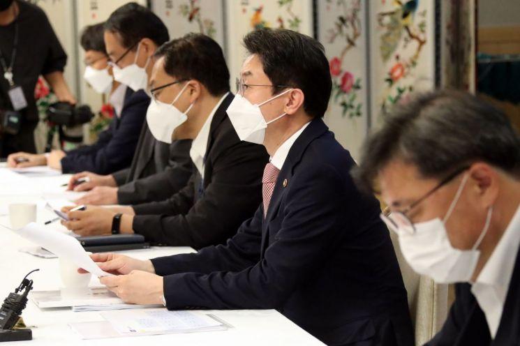 이억원 기획재정부 1차관(오른쪽 두 번째)이 17일 오전 정부서울청사에서 제27차 물가관계차관회의를 주재하고 있다. 2021.9.17 [이미지출처=연합뉴스]