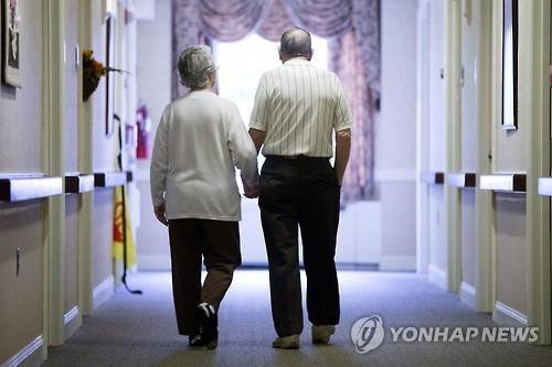 80대 노인이 치매 환자인 아내를 살해한 뒤 자신도 극단적 선택으로 생을 마감하는 일이 벌어졌다. 사진은 기사 중 특정 표현과 관계 없음. / 사진=연합뉴스