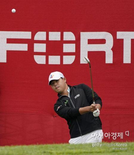 김시우가 포티넷챔피언십 첫날 18번홀에서 칩 샷을 시도하고 있다. 나파(미국)=Getty images/멀티비츠