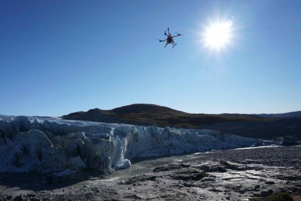 [그린란드 러셀빙하를 관측하는 ㈜에이엠피(대표 황명수)의 AMP-W-1 드론]