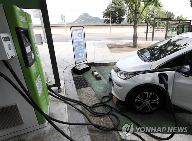 배터리를 충전하고 있는 전기차. / 사진=연합뉴스