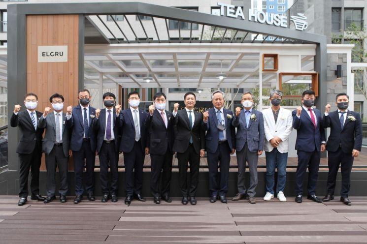 평택 뉴비전 엘크루 티하우스에서 좌측 일곱번째 김용빈 회장 및 관계자들과 기념 촬영을 하고 있다. /사진제공=대우조선해양건설