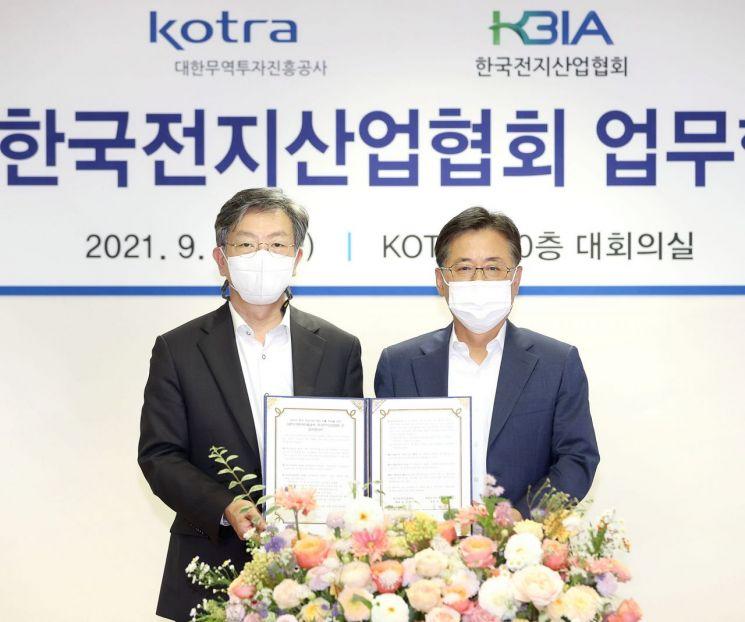 유정열 KOTRA 사장(왼쪽)이 정순남 한국전지산업협회 부회장과 업무협약을 체결한 뒤 기념촬영하고 있다.[사진제공=KOTRA]