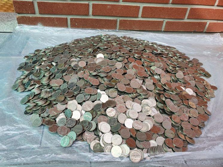 익명의 기부자가 놓고 간 동전 모습(500원 59개, 100원 8981개, 50원 309개, 10원 175개 등 총 9524개)