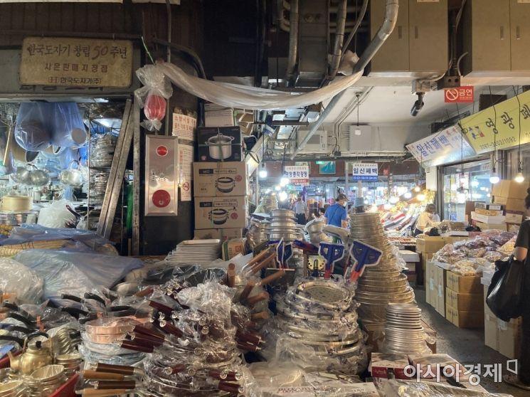 중부시장 골목 안, 매장 가득 재고가 쌓여 있는 모습  사진=김서현 기자 ssn3592@asiae.co.kr