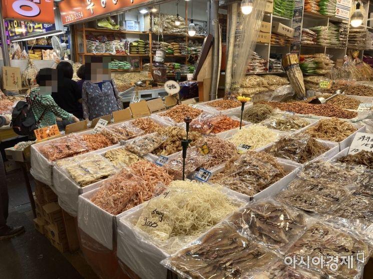 E씨의 가게에서 건어물을 살펴보는 손님들. 사진=김서현 기자 ssn3592@asiae.co.kr