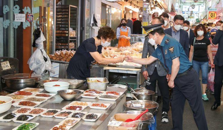 서울 중랑구 전통시장 동원시장을 찾은 김창룡 경찰청장이 상인과 주먹인사를 나누고 있다.[사진제공=경찰청]