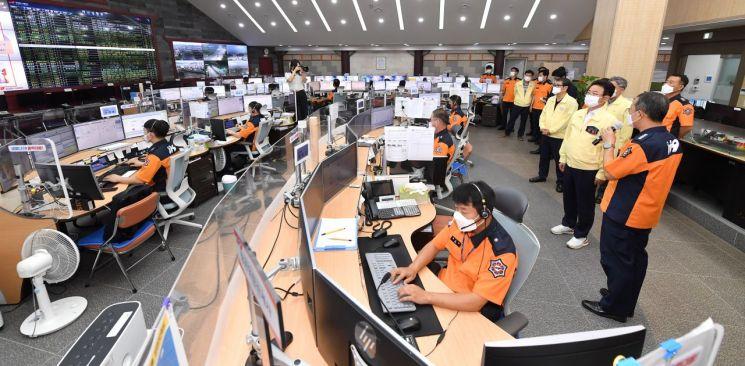 18일 추석연휴 첫 날 이철우 경북도지사가 소방상황실을 방문해 비상근무태세를 점검하고 있다.
