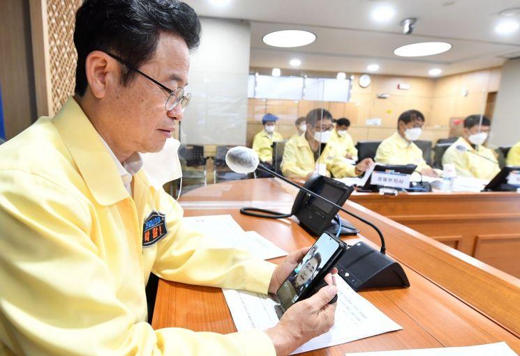 18일 이철우 경북도지사가 독도경비대원과 통화하고 있다.