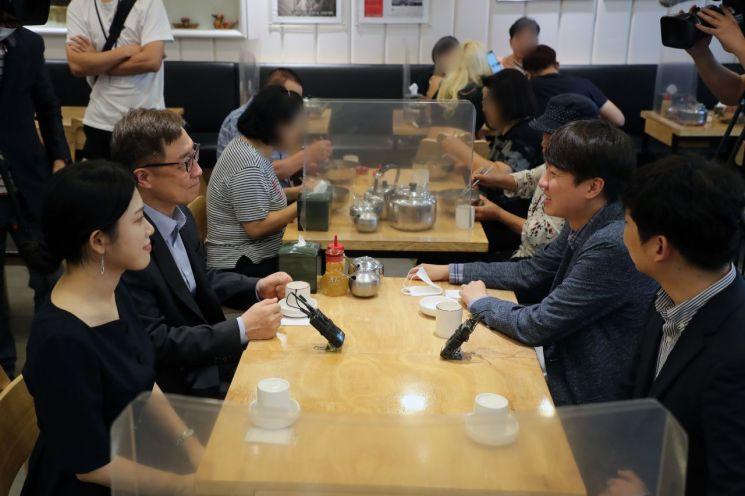 이준석 국민의힘 대표가 18일 오후 서울 중구의 한 냉면전문점에서 최재형 대선 경선 예비후보와 오찬회동을 하고 있다. (사진제공=연합뉴스)