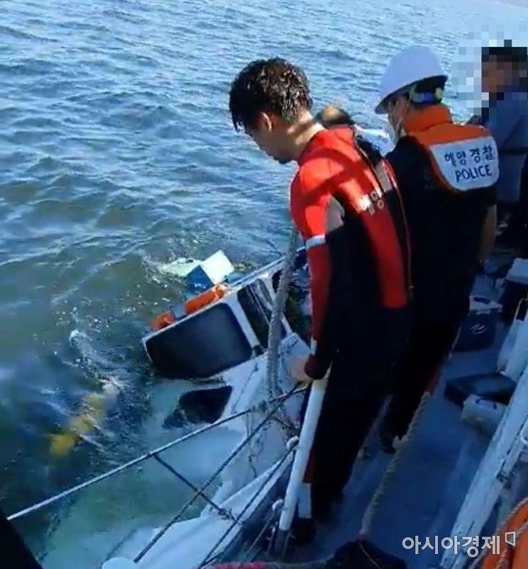 무의도 해상에서 침수한 레저보트 [사진 제공=인천해경]