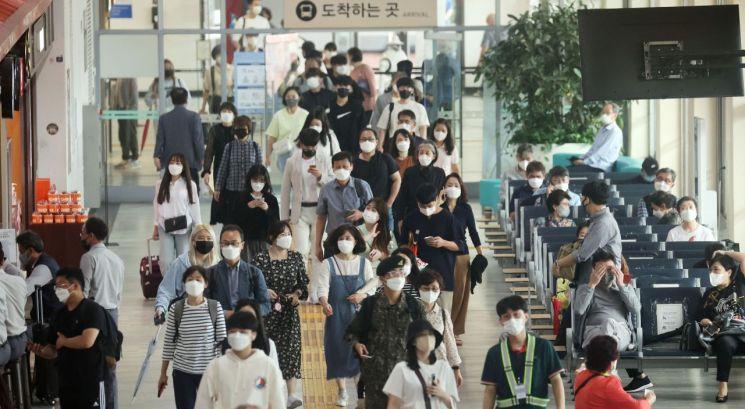 추석 연휴를 하루 앞둔 17일 서울 서초구 고속버스터미널에서 시민들이 이동하고 있다. [이미지출처=연합뉴스]