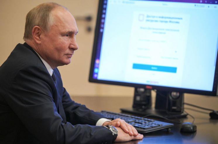 자가격리 중인 블라디미르 푸틴 러시아 대통령이 온라인 투표를 통해 러시아 하원의원 선거에 참여하고 있다. [이미지출처=타스연합뉴스]