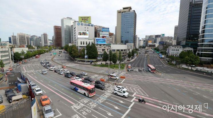 추석 연휴 둘째 날인 19일 서울 시내 도로가 한가한 모습을 보여주고 있다./윤동주 기자 doso7@