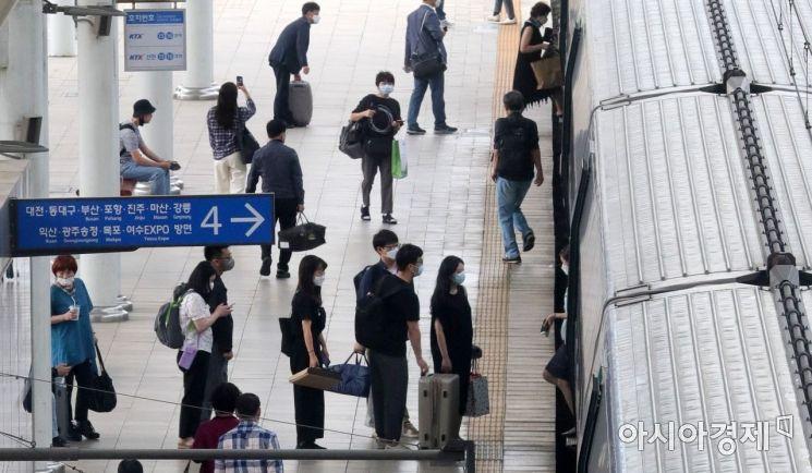 추석 연휴 둘째 날인 19일 서울역 플랫폼에서 귀성객들이 고향으로 향하는 기차에 오르고 있다./윤동주 기자 doso7@