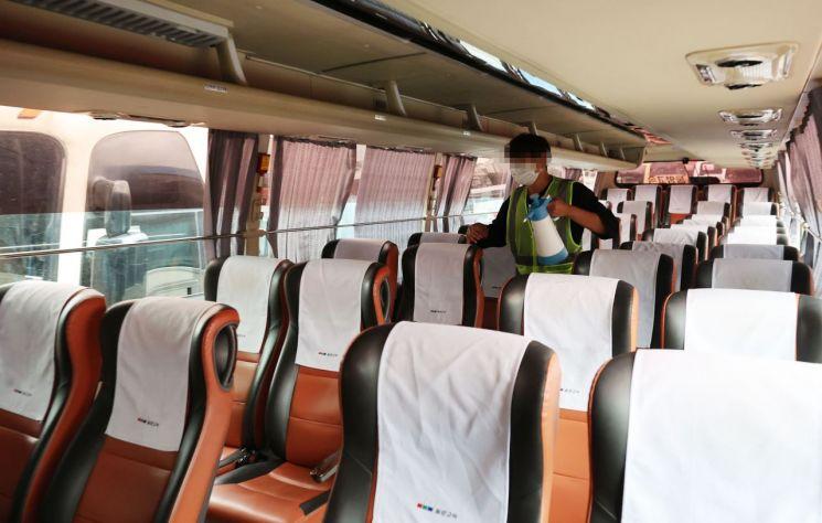 추석 연휴를 하루 앞둔 17일 서울 고속버스터미널에서 방역 관계자가 버스 방역을 하고 있다. [이미지출처=연합뉴스]