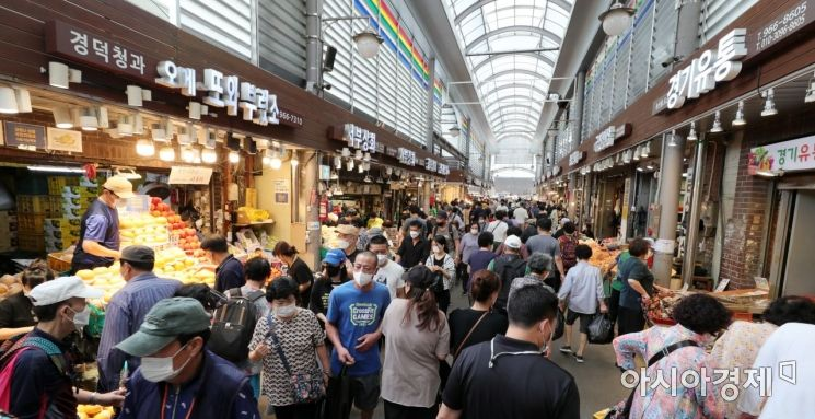 추석 연휴 둘째 날인 19일 서울 동대문구 경동시장에 제수용품을 구입하려는 시민들로 북적이고 있다./윤동주 기자 doso7@
