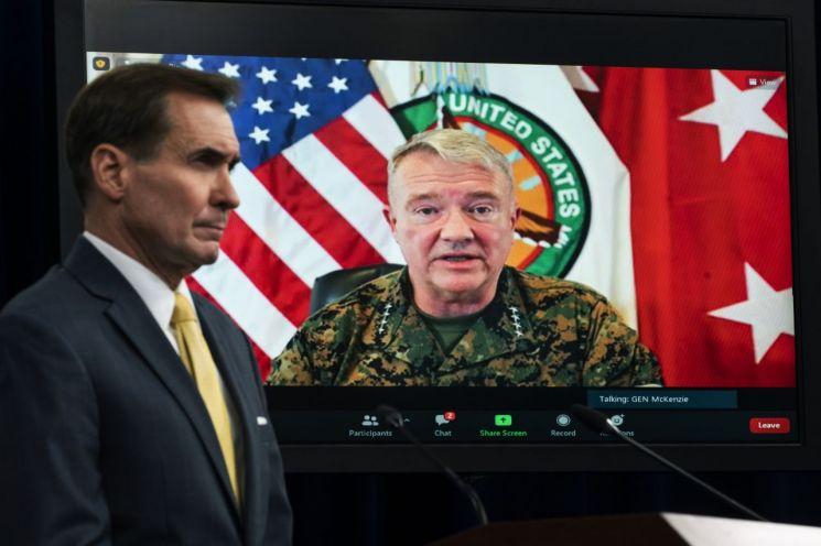 """케네스 매켄지 미국 중부사령관은 아프간 수도 카불에서 지난달 말 드론 공습으로 어린이를 포함해 10명의 민간인이 사망했다며 """"참담한 실수였다""""고 인정했다. 사진은 지난달 30일 존 커비(왼쪽) 미국 국방부 대변인이 경청하고 있는 가운데 매켄지 사령관이 화상을 통해 아프간 철군 작전에 대해 브리핑하는 모습. [이미지출처=연합뉴스]"""