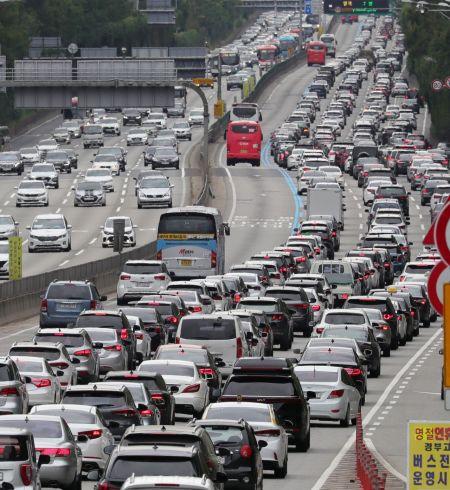 추석 연휴 둘째 날인 19일 서울 서초구 잠원IC 부근 경부고속도로 부산방향으로 차량들이 서행하고 있다./윤동주 기자 doso7@