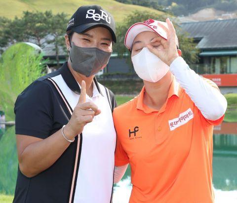 김효주(오른쪽)가 OK저축은행 박세리인비테이셔널 우승 직후 호스트인 박세리와 포즈를 취하고 있다. 사진제공=KLPGA