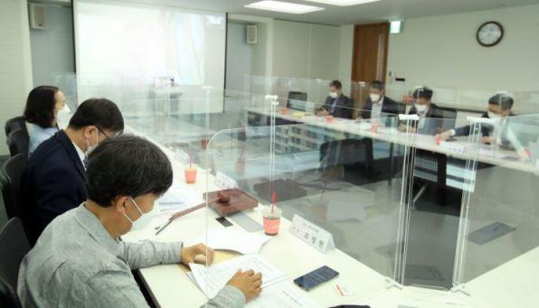 지난 9일 열린 저축은행 'ESG 경영위원회'에서 참석자들이 논의하고 있다. 사진=저축은행중앙회