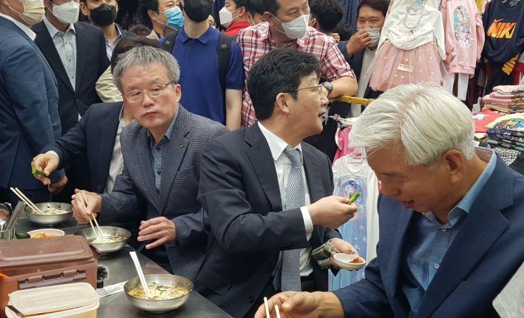 국민의힘 대권주자인 유승민 전 의원이 13일 대구 서문시장을 찾아 국수를 먹으면서 주변에도 식사를 권하고 있다. [이미지출처=연합뉴스]