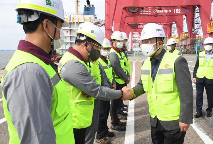 홍남기 경제부총리 겸 기획재정부 장관(맨 오른쪽)이 20일 인천항에서 수출입기업 관계자들을 만나 격려하고 있다. (사진 : 홍 부총리 페이스북)