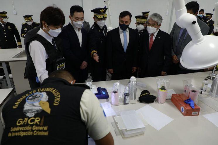 경찰청이 한국국제협력단(KOICA·코이카)과 협력해 과테말라에 건립한 경찰직무교육센터에서 한국 경찰의 감식장비·기법을 활용한 시연이 이뤄지고 있다.[사진제공=경찰청]