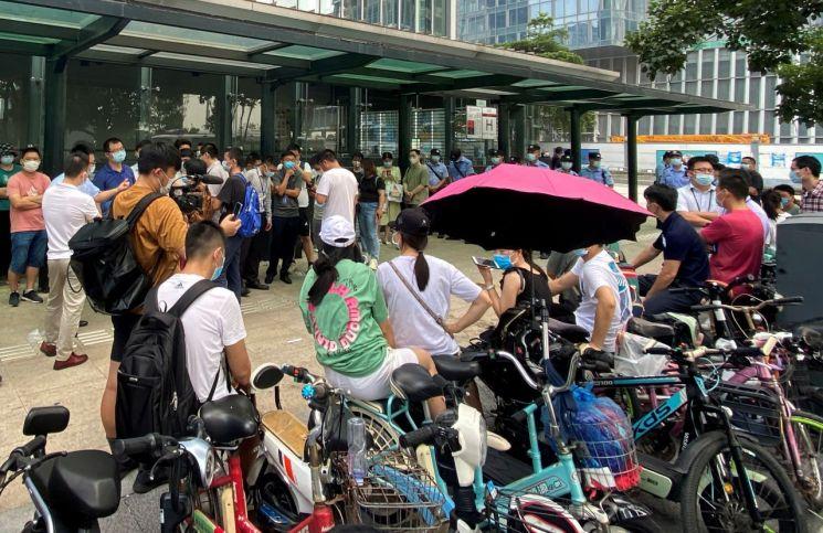 도산 위기에 몰린 중국 헝다그룹 본사 앞에 투자자들이 투자금 상환을 요구하고 있다. [이미지출처=로이터연합뉴스]