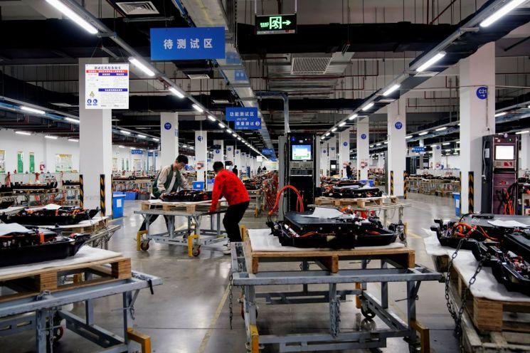 중국 안후이성 허페이에 있는 전기차 배터리 제조공장에서 직원들이 일하고 있다.<이미지출처:연합뉴스>